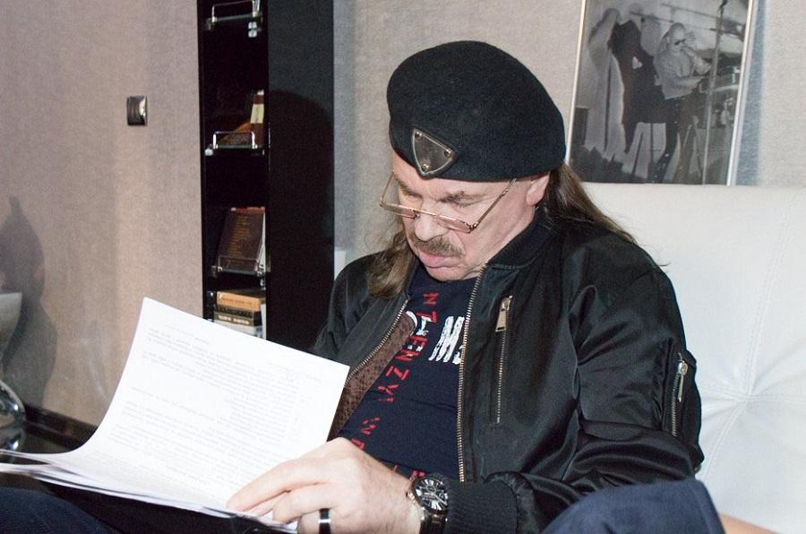 091117 2 - Известный российский музыкант Владимир ПетровичПресняковподписывает договор на выпуск нового альбома. Название альбома и его содержание пока находится в большом секрете.